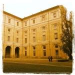 Raggiungiamo Piazzale della Pace dove il Palazzo della Pilotta domina la scena.  Attraversiamo la piazza e oltrepassiamo il Palazzo raggiungendo il torrente Parma e con lui il Ponte Verdi