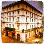 Inaugurato nel 1863, questo lussuoso albergo si distingueva a Milano per la presenza del servizio telegrafico postale (un po' come se oggi fosse l'unico dotato di wi fii), che lo rendeva irrinunciabile per diplomatici e uomini d'affari.
