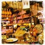 La salsamenteria è un vero museo di cimeli e sapori tipici ed è una tappa da non perdere nella Busseto verdiana: davanti ad un bicchiere di lambrusco, ad una salsina fatta con lardo pestato, carote, aglio, cipolla e prezzemolo, ad una fetta di culatello o ai ciccioli... chi può restarvi indifferente?